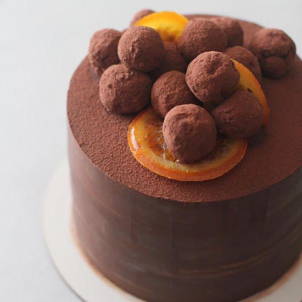 Imagem principal do produto Collab Cakes: massa branca e ganache.