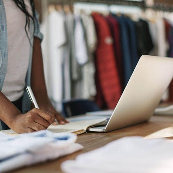 Imagem principal do produto Aprenda as etapas da produção de produtos de moda terceirizado, desafios e soluções para otimização da produção. Da criação ao produto na loja.