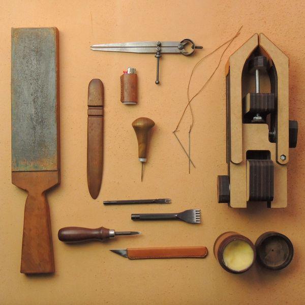 Imagem principal do produto 4 Técnicas de Costura Manual em Couro