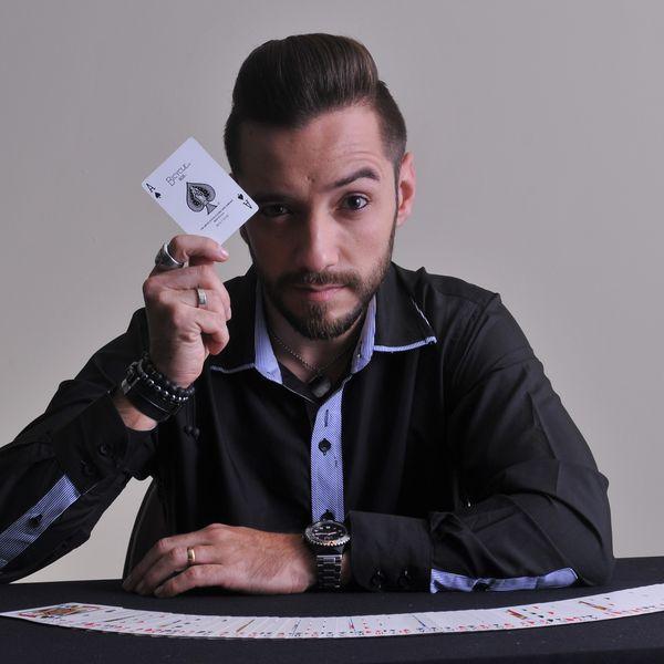 Imagem principal do produto CURSO DE MÁGICA com GUSTAVO VIERINI - O MÁGICO DO SBT
